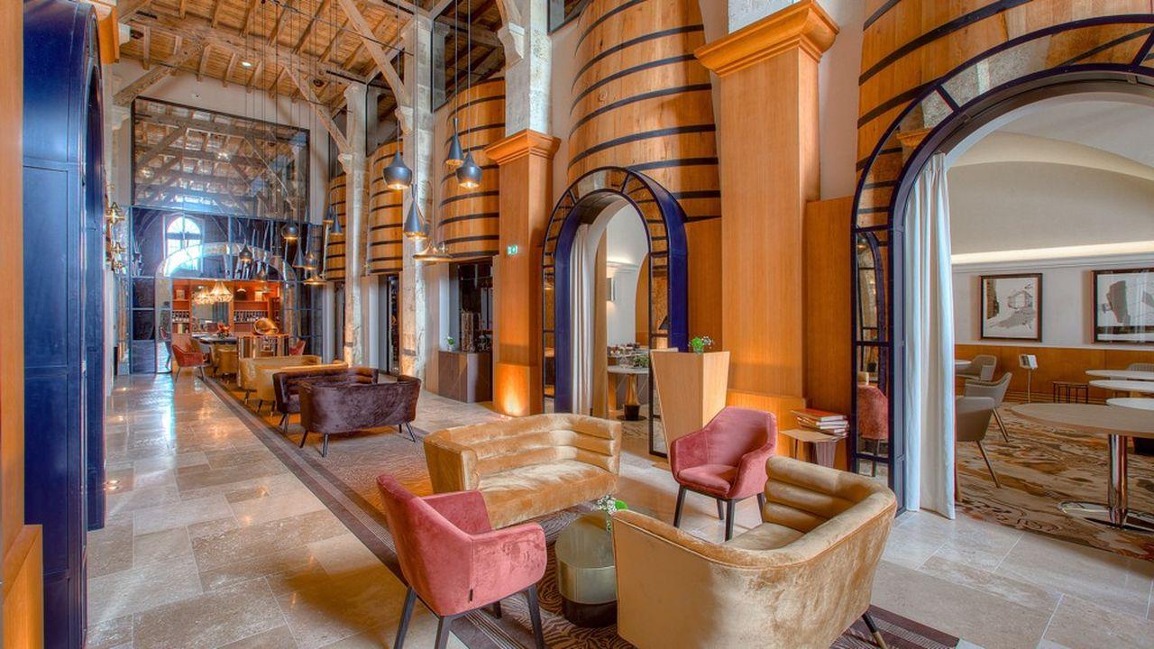 L'architecte Didier Poignant a dégagé les perspectives et les volumes, relié les quatre chais par un couvert verrier.