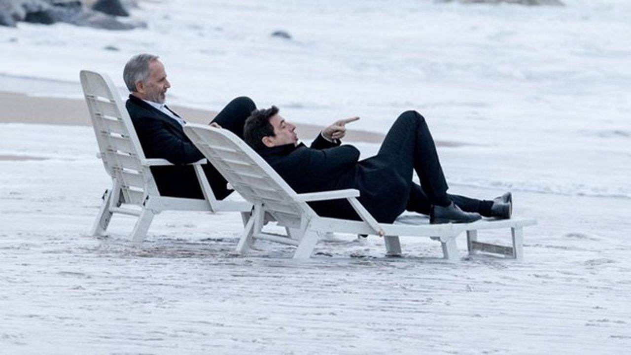 Arthur (Fabrice Luchini) et César (Patrick Bruel) au petit matin à Biarritz, après une nuit bien arrosée.