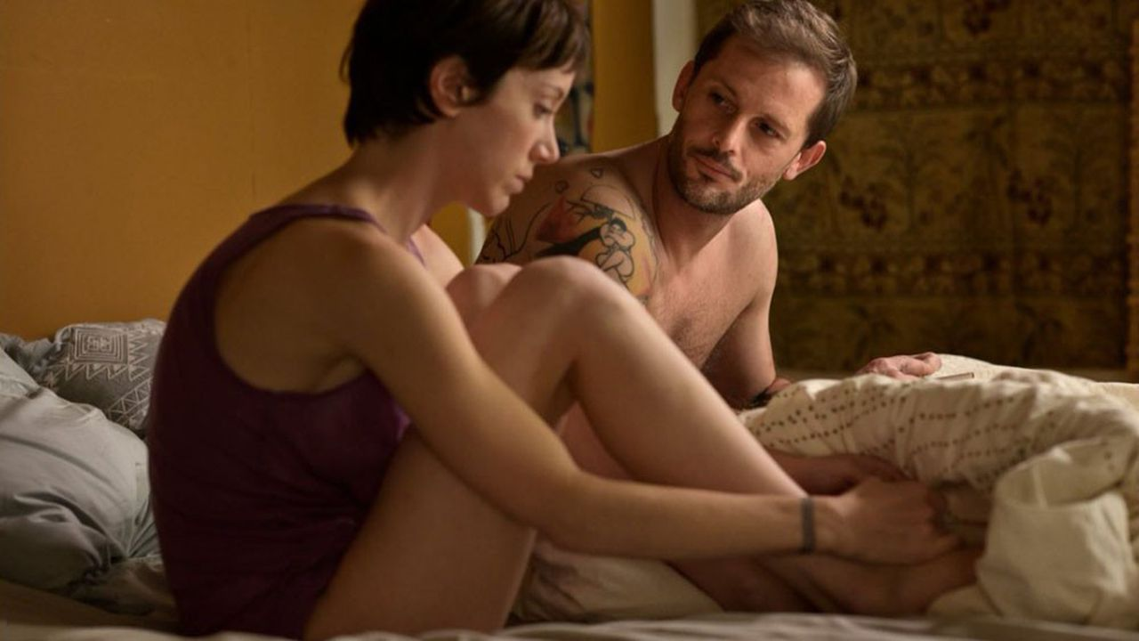 Dans les montagnes nimbées de brume, Coline (Sara Giraudeau) tombe sur Simon (Nicolas Duvauchelle).