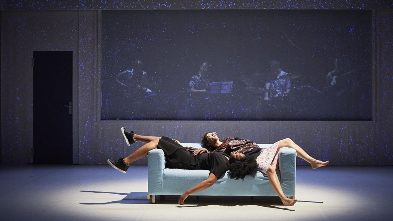 Emmenés par la lumineuse Ludmilla Dabo, les comédiens sont animés par l'esprit et la dynamique d'une véritable troupe.
