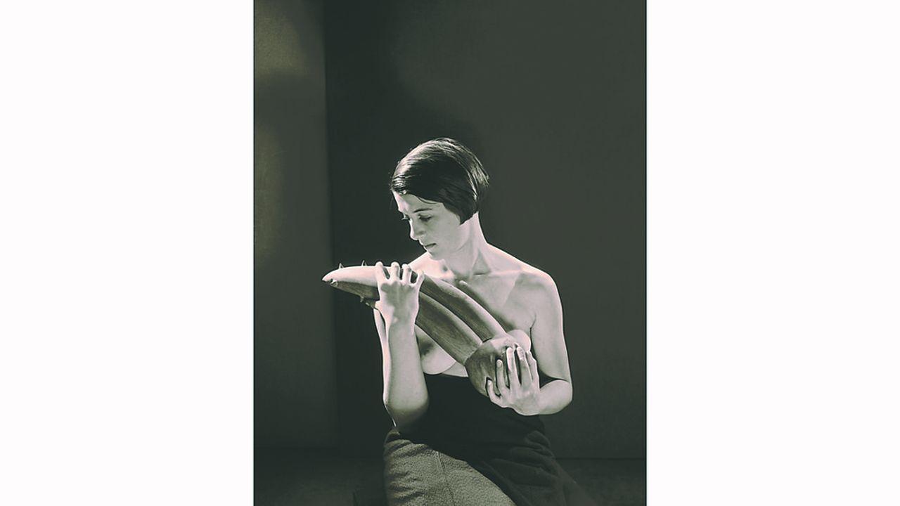 « Femme tenant l'objet désagréable ». Photographie de Man Ray (1931)