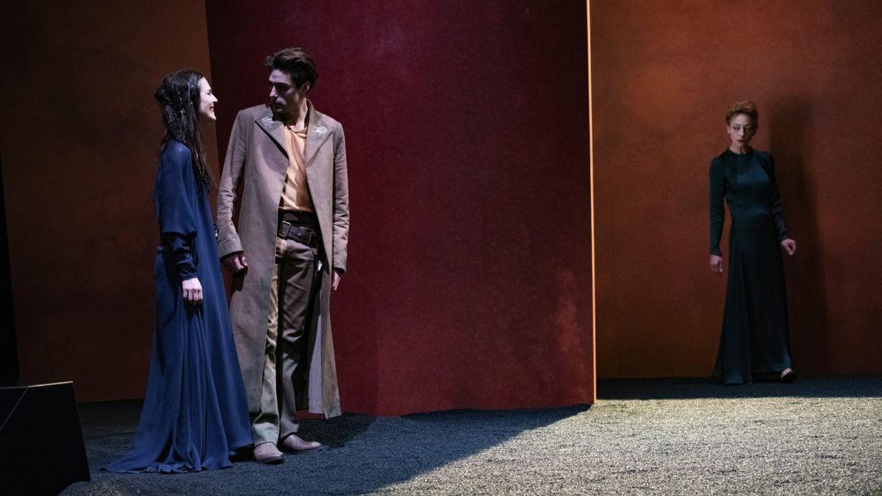 Phèdre (Raphaèle Bouchard) avoue son amour à Hippolyte (Raphaël Naasz) en présence de sa nourrice dévouée, OEnone (Sophie Daull).