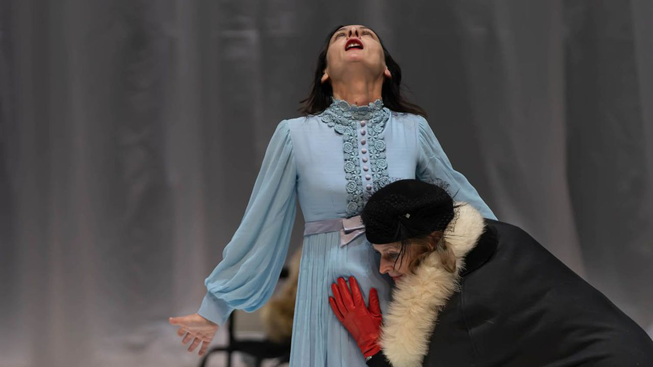 Angélica Liddell dans une longue scène surréaliste et provocatrice, où une chambre médicalisée se transforme en étrange chapelle.