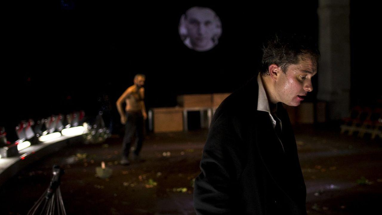 Exceptés Hamlet et Horatio, incarnés avec justesse et facétie par Thibault Perrenoud et Mathieu Boisliveau, la distribution dédoublée cultive la confusion des rôles.