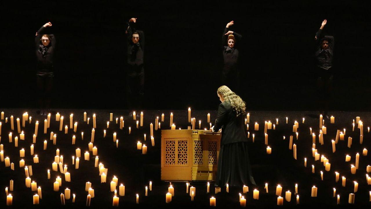 Sur la scène du Châtelet se déploie un spectacle d'une saisissante beauté.