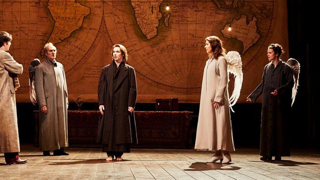 Les anges impuissants entourent Prior (Clément Hervieu-Léger) atteint par la maladie.