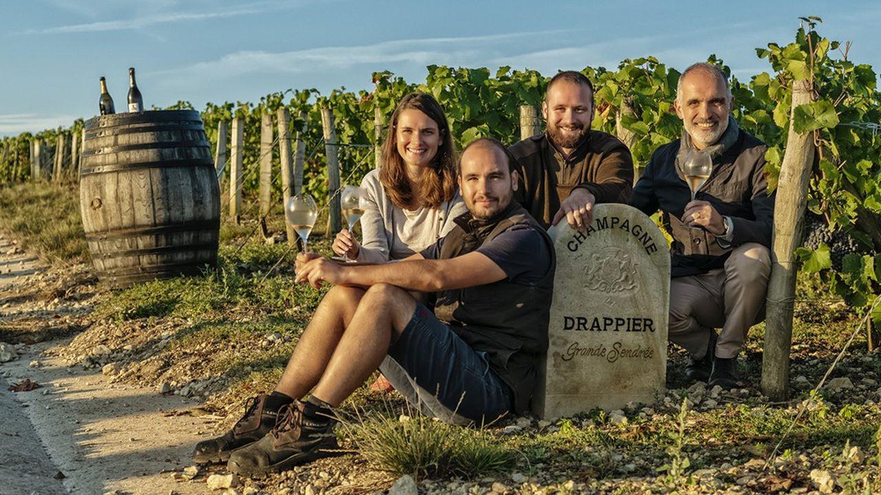 Charline, Hugo, Antoine et Michel Drappier (de gauche à droite) posant à la parcelle de la Grande Sendrée, à Urville (Aube), où sont vinifiés les raisins de la cuvée prestige millésimée du même nom.