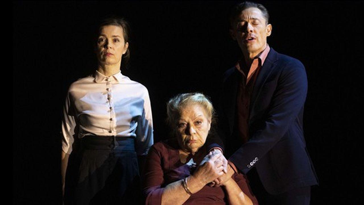 La mère (Annie Mercier) entourée de ses enfants Suzanne (Caroline Proust) et Joseph (Alain Fromager).