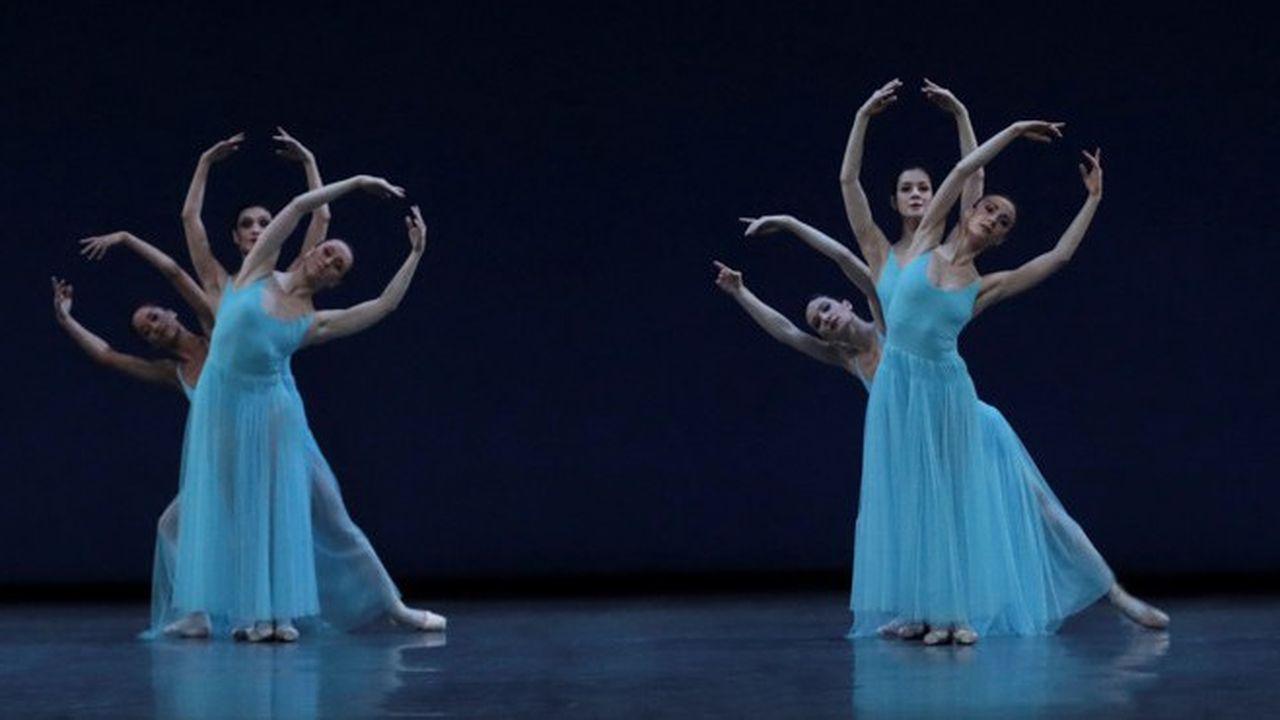 Dans « Sérénade », le corps de ballet est magnifié. Les bras comme en bouquet dessine des frises dans l'espace.