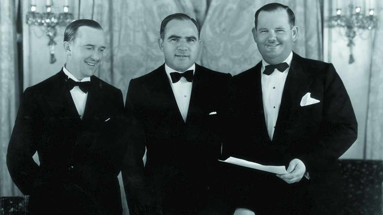 En 1927, ce couple improbable (Stan Laurel et Oliver Hardy) fit pour la première fois son apparition dans un film de Hal Roach (au centre).