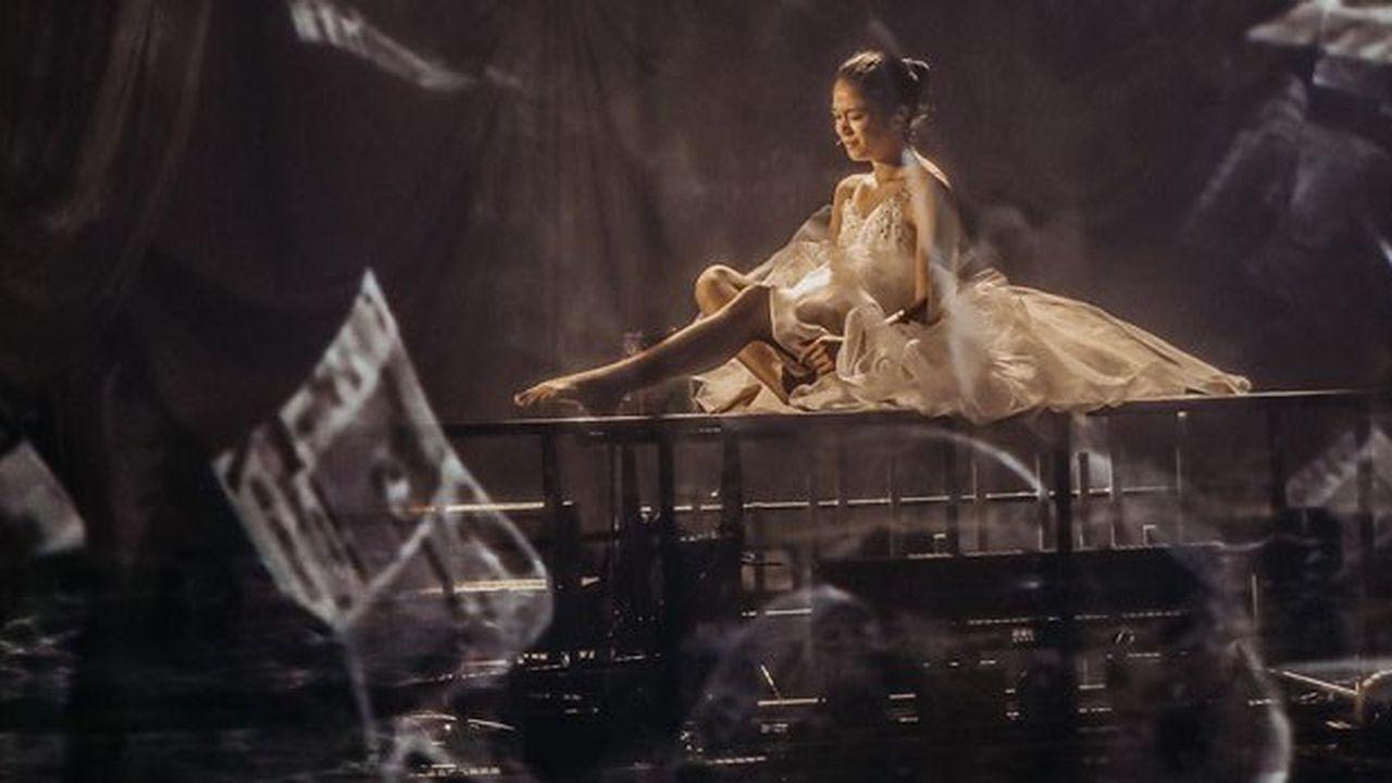 Les Folies Bergère servent de cadre à ce récit, un trio infernal, le pygmalion, la danseuse et l'amoureux.