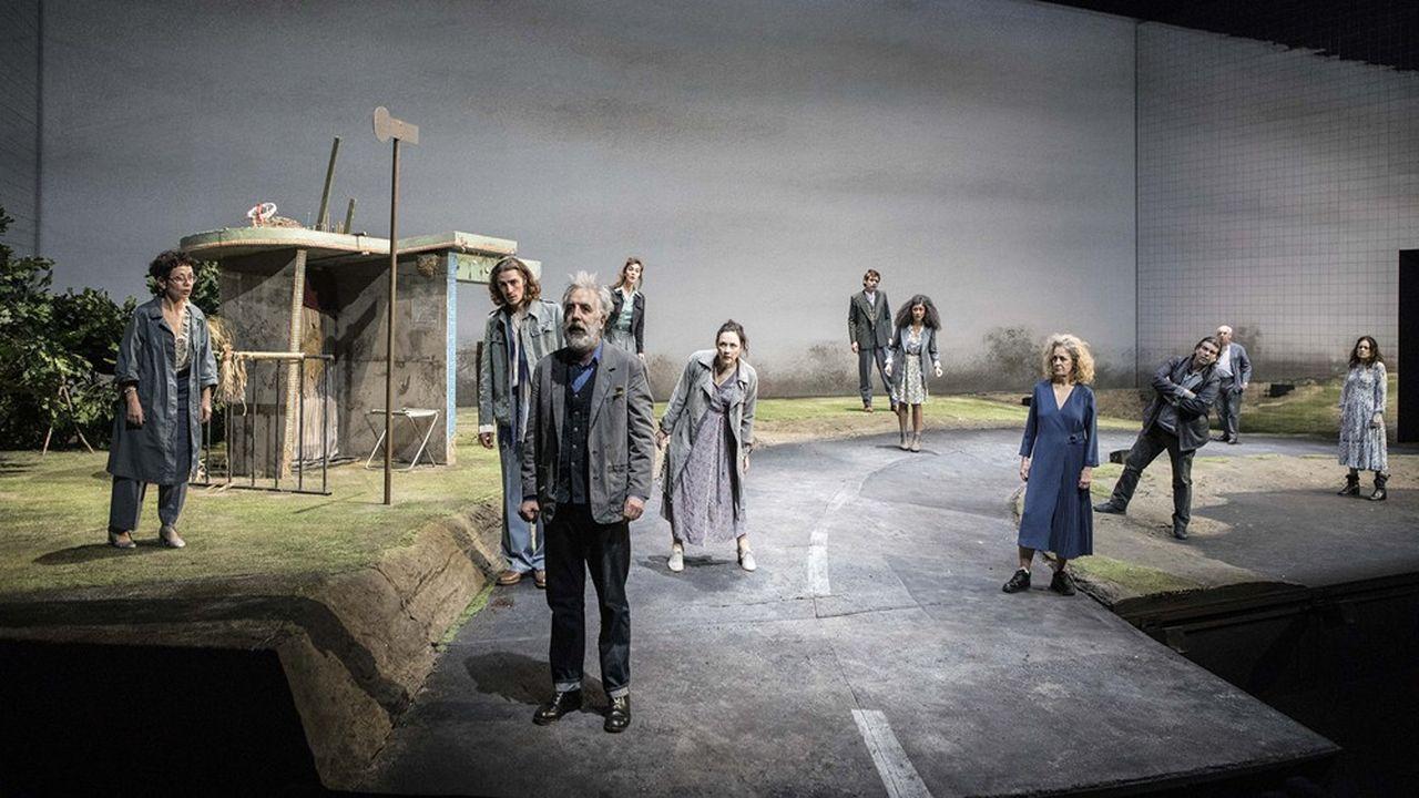 Moi (Gilles Privat) suivi par les Innocents et l'Inconnue (Dominique Valadié, en robe bleu roi, à droite)