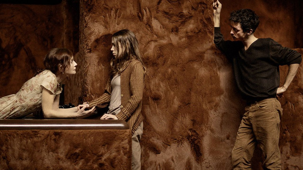 Amanda (Isabelle Huppert) inquière pour l'avenir de ses deux enfants, Laura (Justine Bachelet) et Tom (Nahuel Pérez Biscayart)