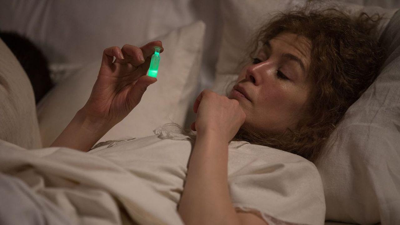 Rosamund Pike dans le rôle de Marie Curie.