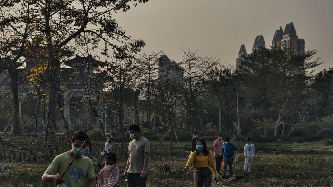 Des Chinois portant des masques dans un parc public de Guangzhou le 23 février dernier.