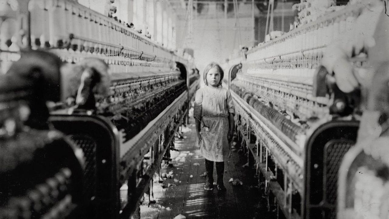 Photographiée par Lewis Hine, une fillette travaillant dans une usine de filature à Newberry, en Caroline du Sud, en 1908.