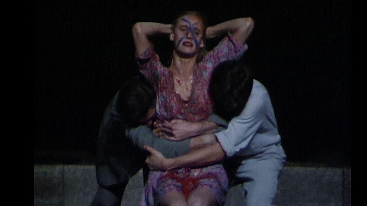 Séduction, solitude, gestuelle dans un même élan. La danse-théâtre de Pina Bausch par essence.