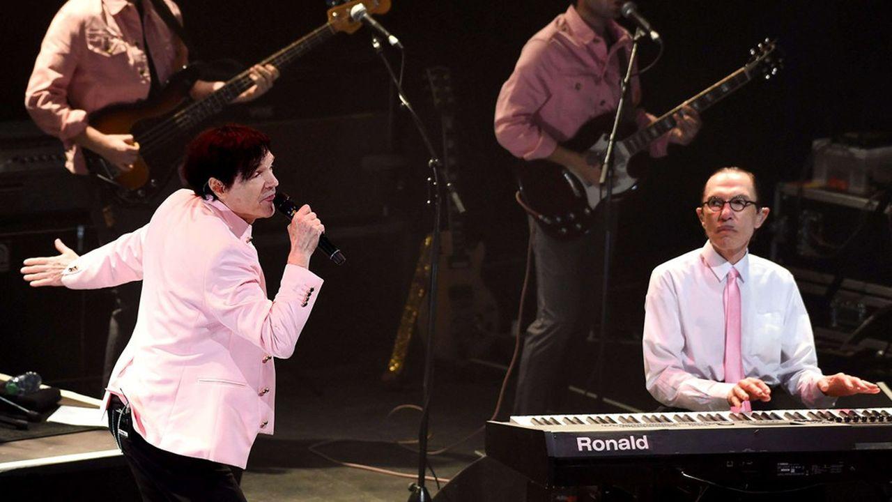 Russel (le chanteur) et Ron Mael (le pianiste) distillent leur pop drôle et galvanisante.