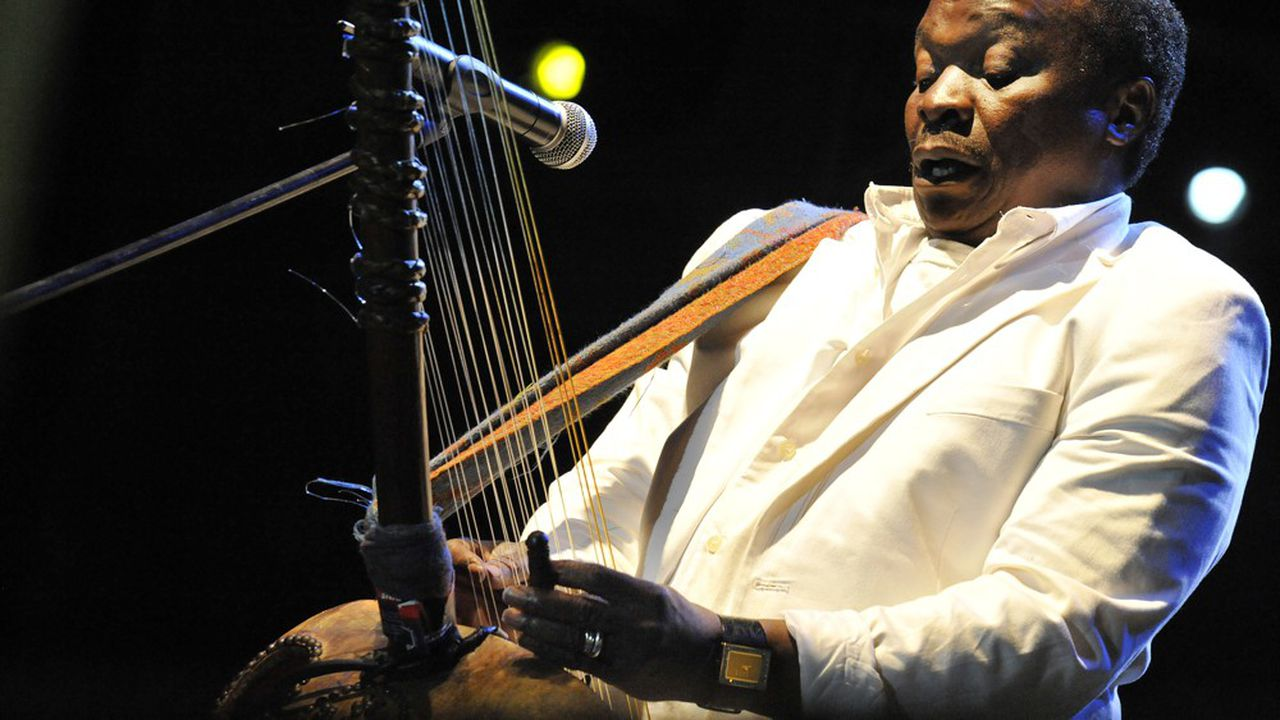 Mory Kante jouant de la kora, lors du «Yeke Yeke Anniversary Tour» àBudapesten 2008.