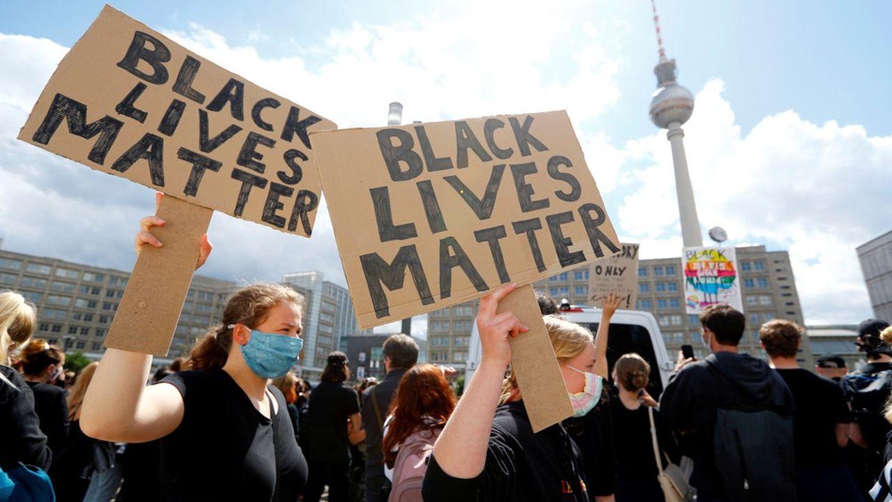 A Berlin, des manifestants se sont rassemblés le 6juin sur l'Alexanderplatz pour dénoncer les violences policières et la mort de George Floyd.