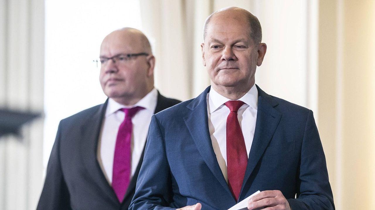 Les ministres de l'Economie et des Finances, Peter Altmaier (à gauche) et Olaf Scholz, ont présenté vendredi un large paquet de mesures adoptées en conseil des ministres pour mettre en oeuvre au plus vite le plan de relance allemand.