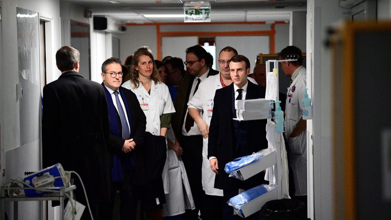 Martin Hirsch, le directeur général de l'AP-HP (à gauche), avait accueilli Emmanuel Macron à La Pitié-Salpêtrière en mai lors de l'annonce d'un «Ségur de la santé».