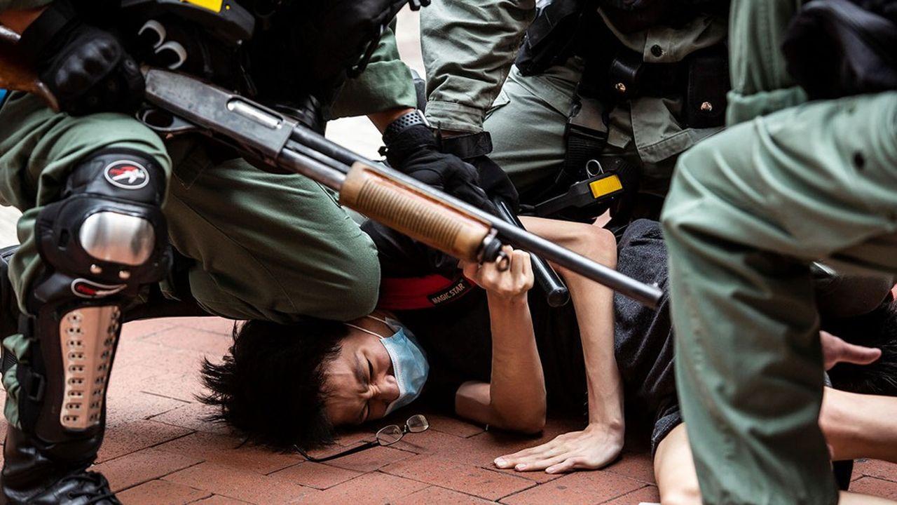 Un manifestant arrêté par la police à Hong Kong, 24 mai 2020.