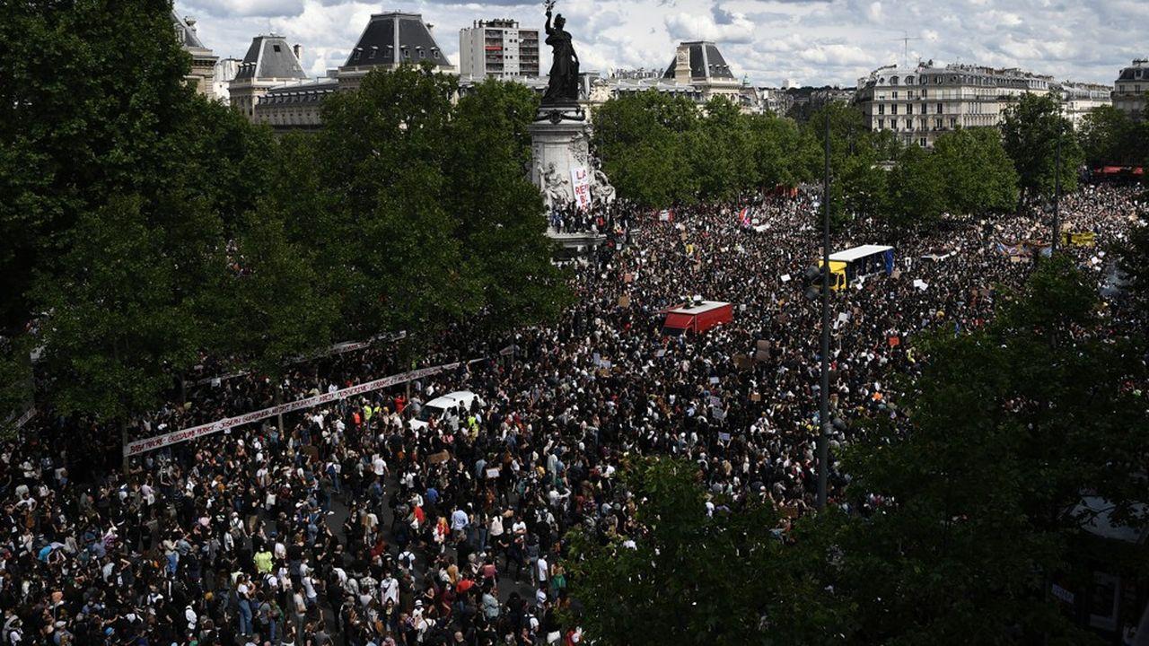 A Paris, le défilé initialement prévu, mais non autorisé par la préfecture, n'a pas eu lieu, la police empêchant les manifestants de quitter la place de la République.