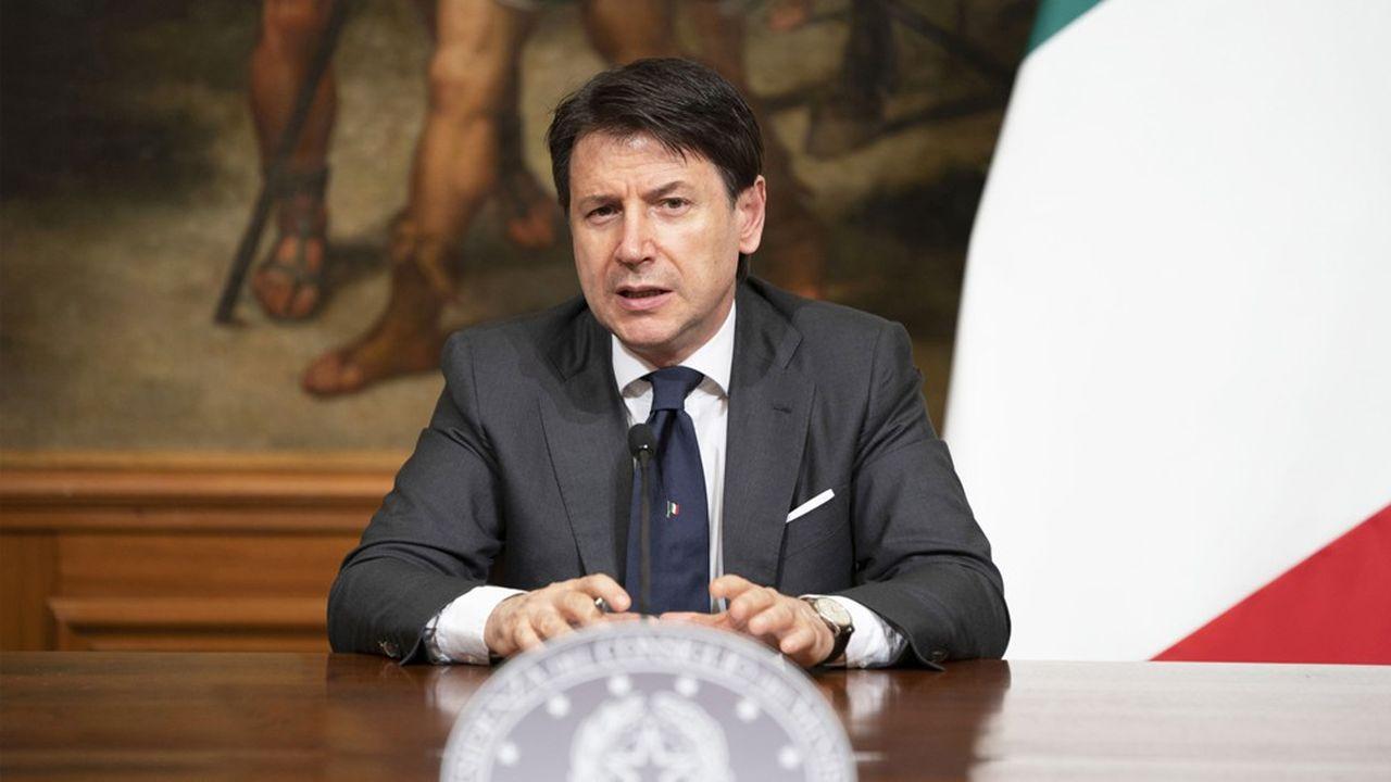 Giuseppe Conte se définissait comme «l'avocat du peuple». Il se présente désormais en «père de la Nation», en revendiquant d'avoir su affronter la pire crise sanitaire de son histoire récente et en voulant la guider dans la pire crise économique qu'elle s'apprête à traverser.
