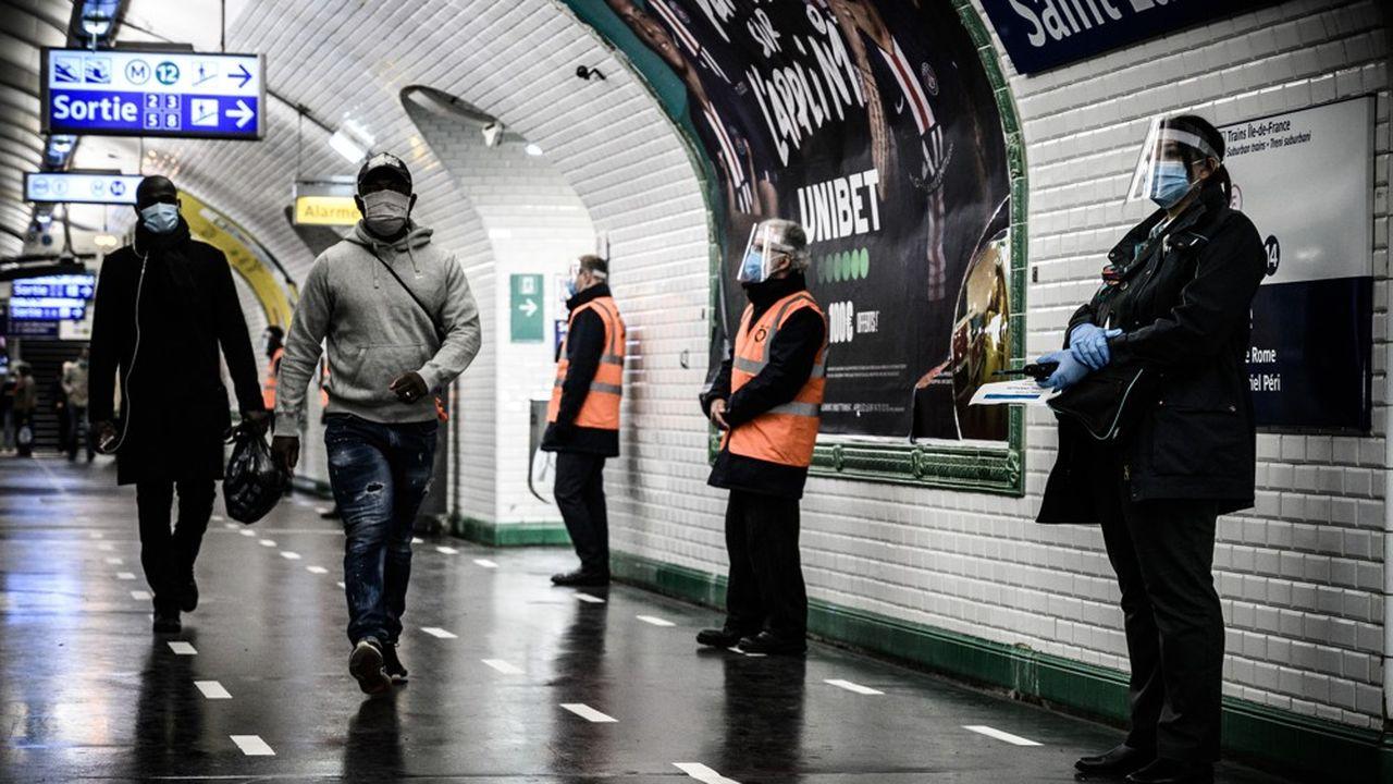 Les couloirs des stations de métro restent clairsemés par rapport à la période d'avant-confinement.