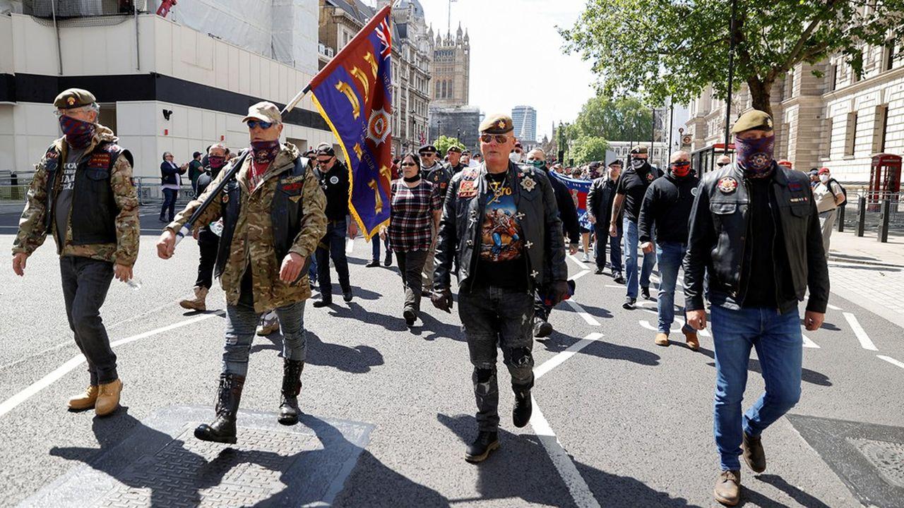 Des contre-manifestants d'extrême droite se sont rassemblés avant la manifestation de Black Lives Matter, à Londres le 13 juin, pour empêcher le déboulonnage des statues et se sont violemment heurté à la police.