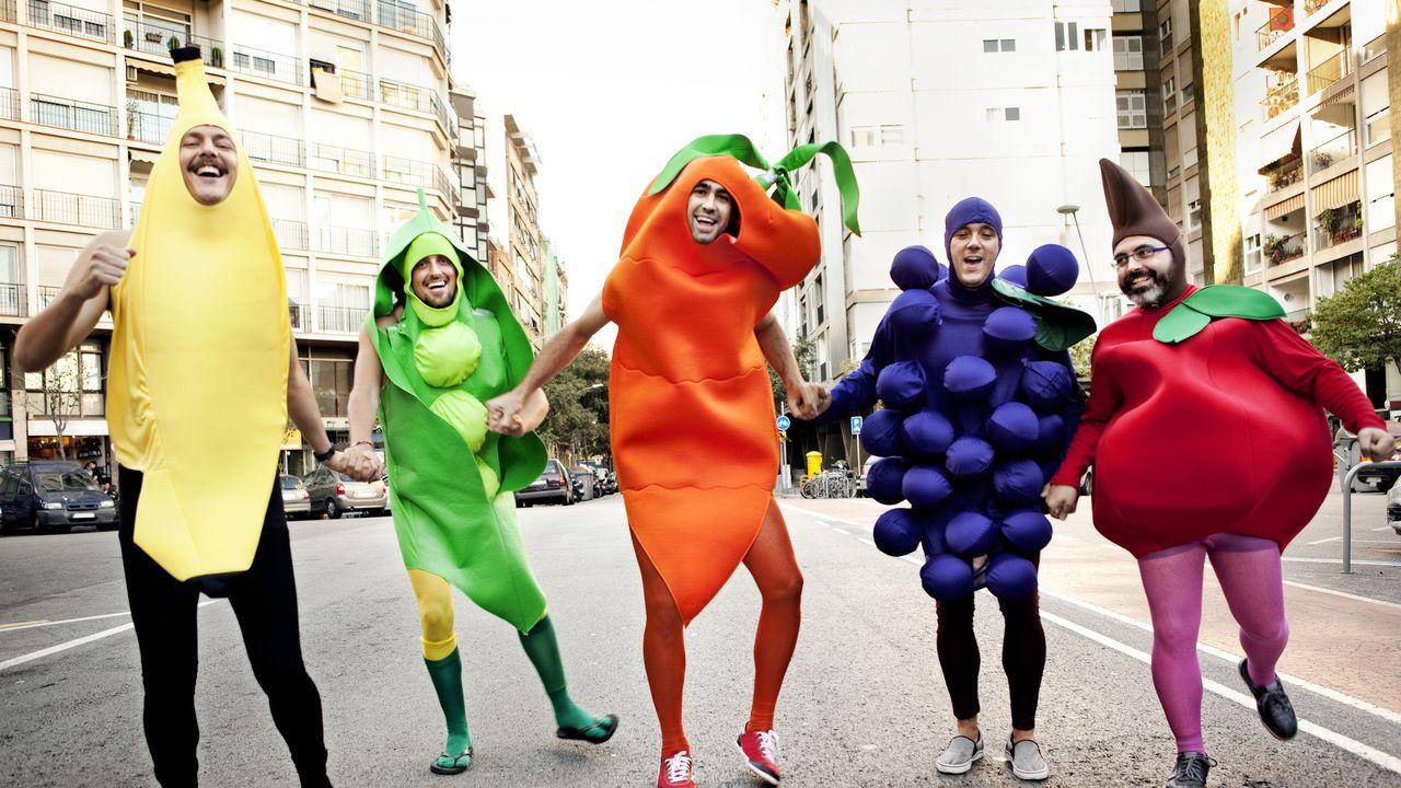 Cinq personnes déguisées en légumes