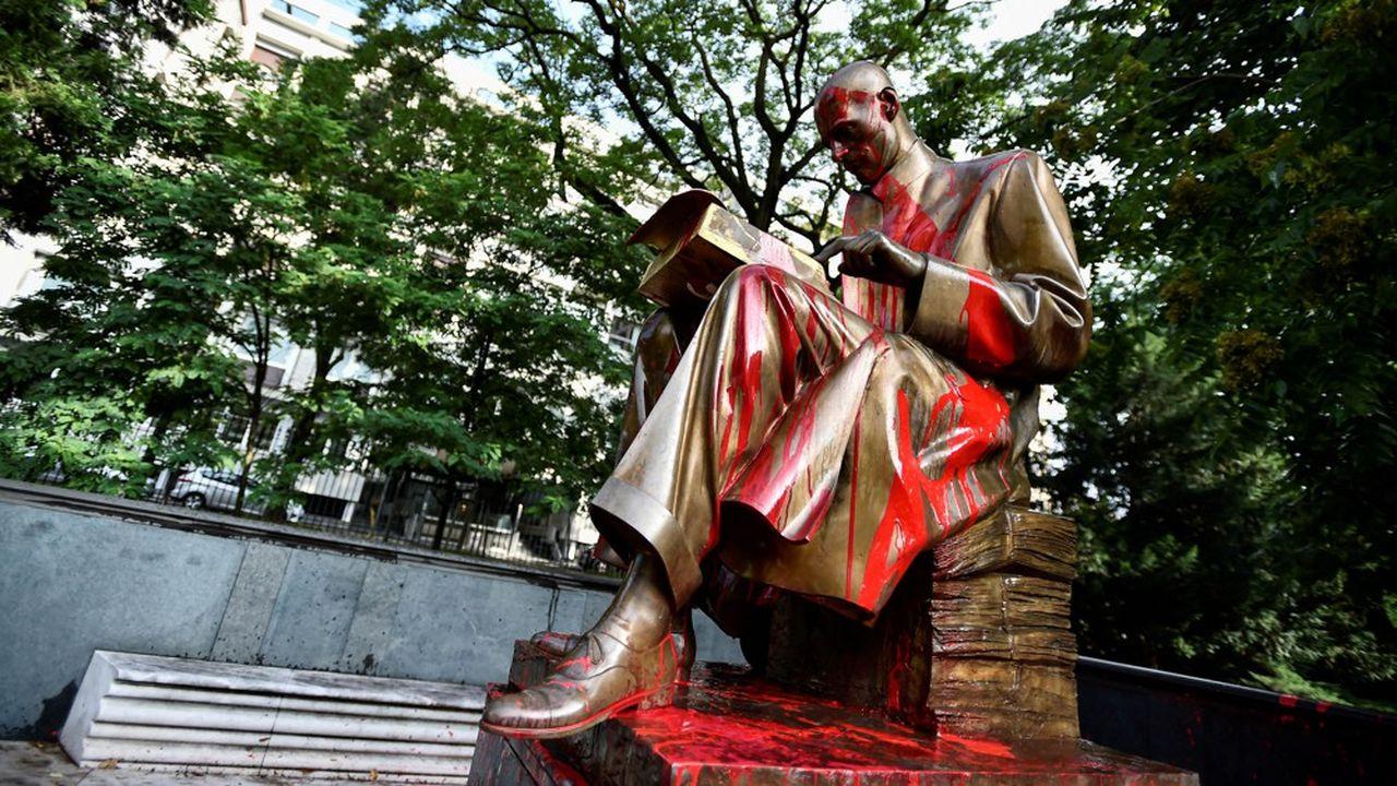 A Milan, l'inscription «raciste, violeur» a été taguée sur la statue du journaliste Indro Montanelli le 14juin.