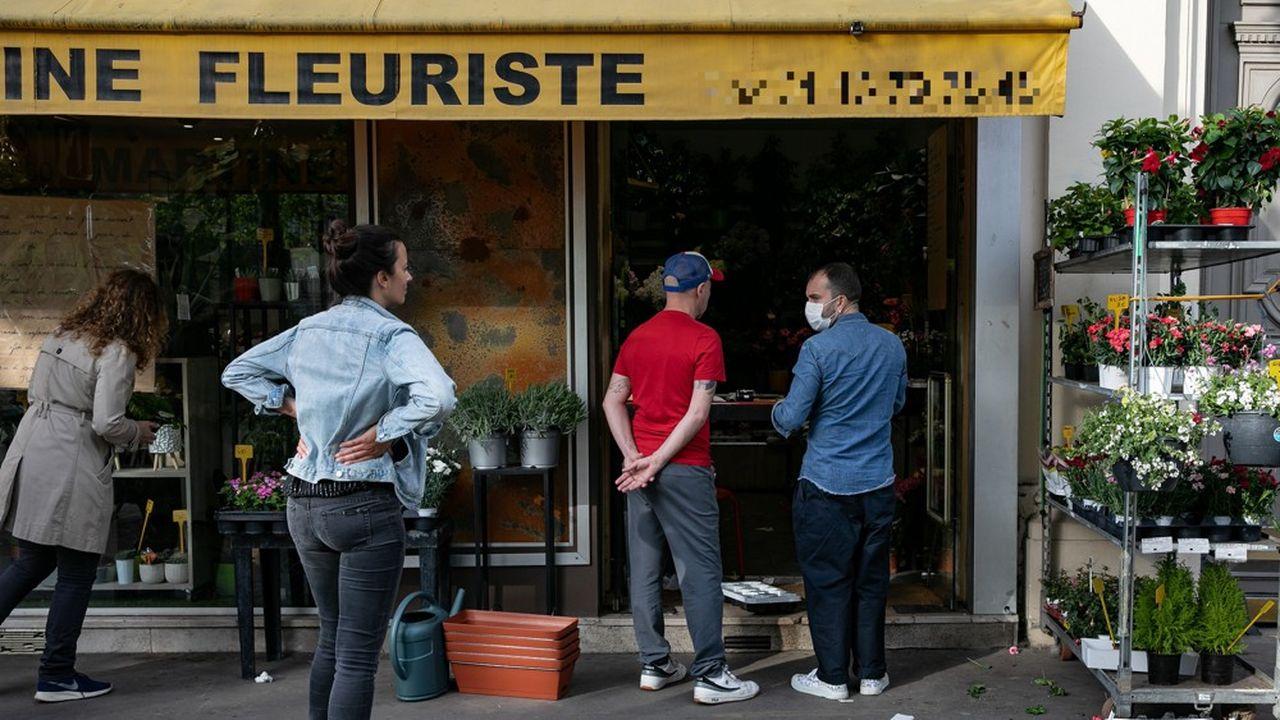Un fleuriste, à Paris, rouvert pendant le confinement pour livrer des commandes par internet et téléphone.