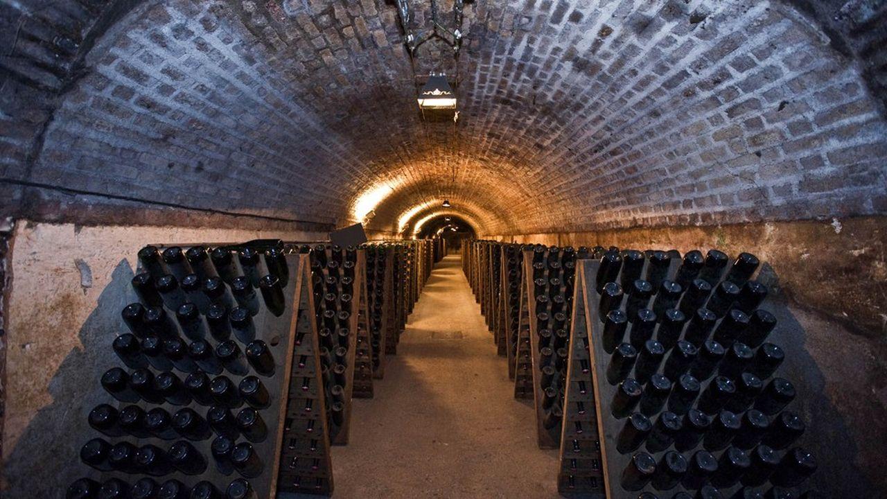 La profession entend profiter de la crise pour accélérer la disparition des champagnes d'entrée de gamme.