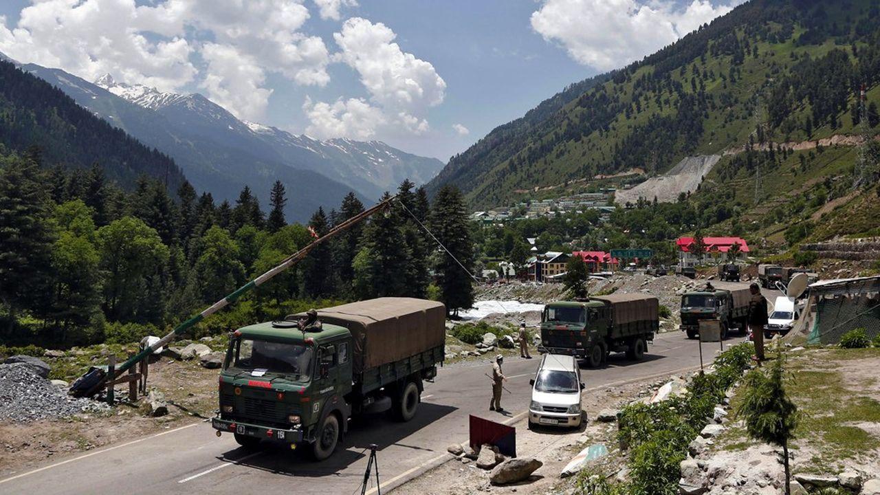 Des véhicules de l'armée indienne à Gagangeer, sur la route du Ladakh, mardi.