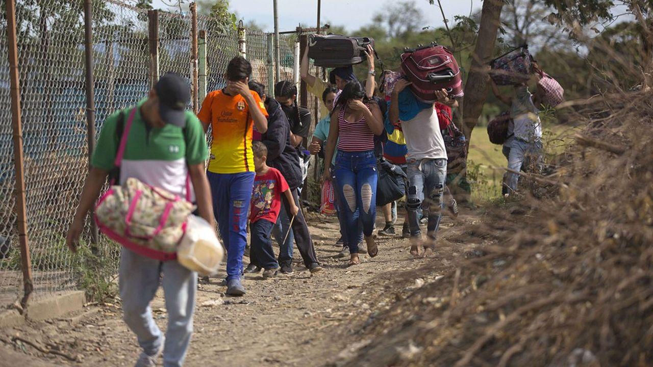 Des Vénézuéliens fuyant leur pays et passant illégalement la frontière de la Colombie.