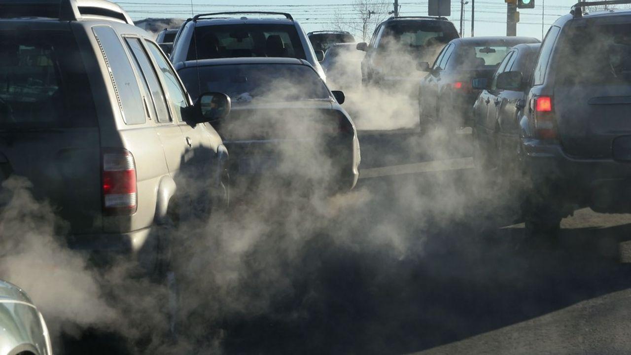 Greenpeace préconise une interdiction des publicités pour les véhicules polluants.