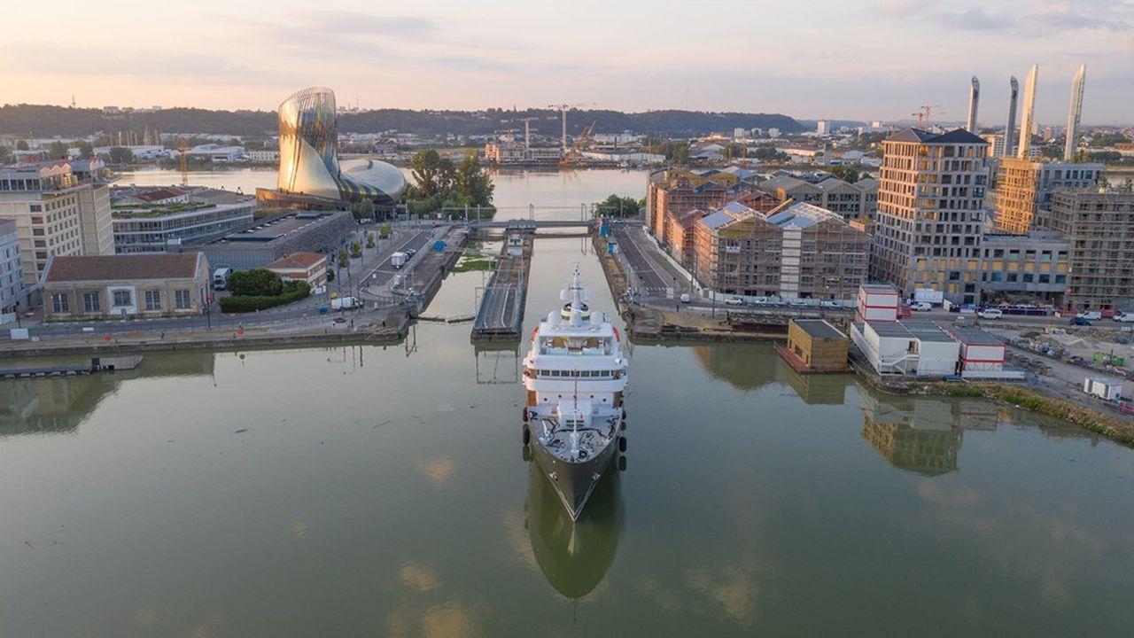 Le navire Yersin à l'entrée des bassins à flot, avec au fond à gauche la Cité du vin.