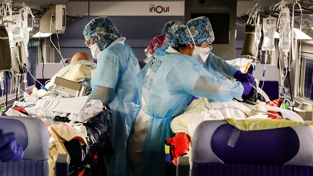 Des patients atteints du SARS-CoV-2 dans un TGV médicalisé en avril dernier.