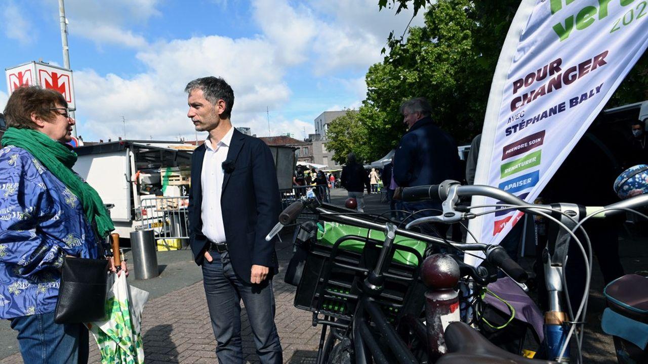 Stéphane Baly, candidat EELV aux élections municipales fait campagne sur le marché dans le quartier Caulier, à Lille.