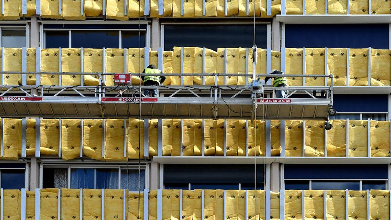 L'obligation de rénovation énergétique existe déjà pour les bâtiments tertiaires, un décret imposant à ceux de plus de 1.000 m2 de réduire leur consommation d'énergie d'au moins 40% en 2030 et 50% en 2040 par rapport à 2010.