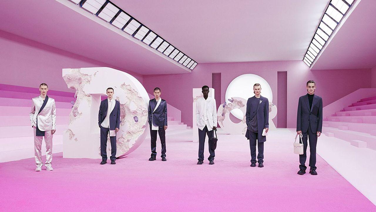Sur un podium de sable rose, les quatre lettres du logo Dior, sculptées par Daniel Arsham : Kim Jones présentait sa collection masculine pour Dior à l'Institut du monde arabe.