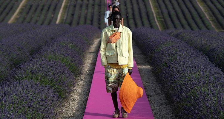 Défilé Jacquemus dans les champs de lavande, à Valensole, en Haute-Provence.