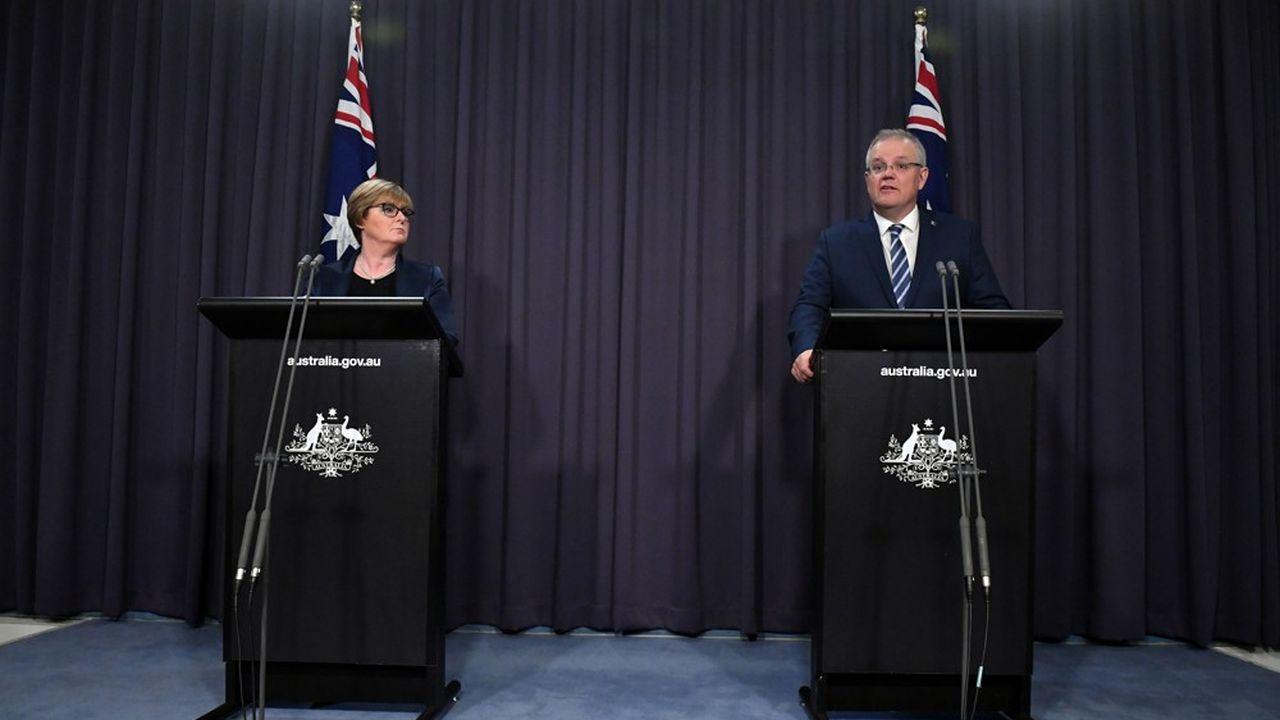 Scott Morrison et la ministre de la Défense australienne, Linda Reynolds, lors de la conférence de presse annonçant la gigantesque cyberattaque contre des institutions du pays.