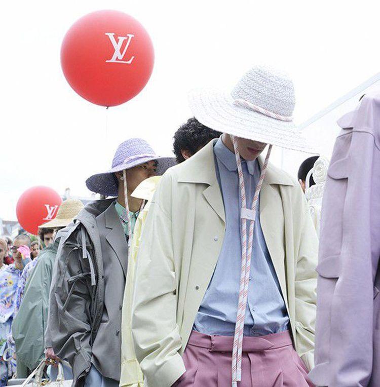 En juin dernier, place Dauphine, le défilé Vuitton avait déployé des couleurs pastel, comme une envie de prendre l'air.