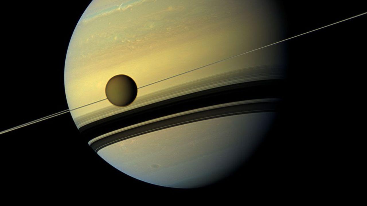 Titan est le plus gros des 82 satellites qui tournent autour de Saturne.