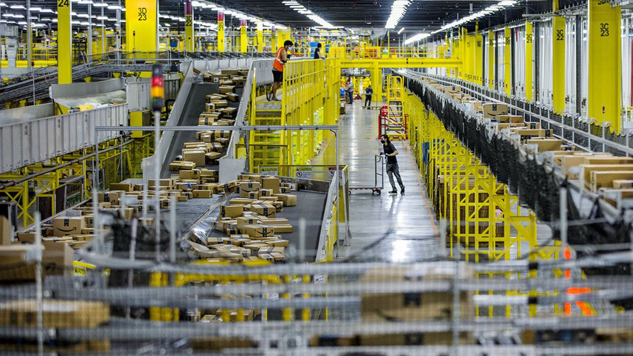 Dans un entrepôt d'Amazon où la polémique sur la sécurité des salariés est née pendant la crise du coronavirus, entraînant des démissions et des licenciements.