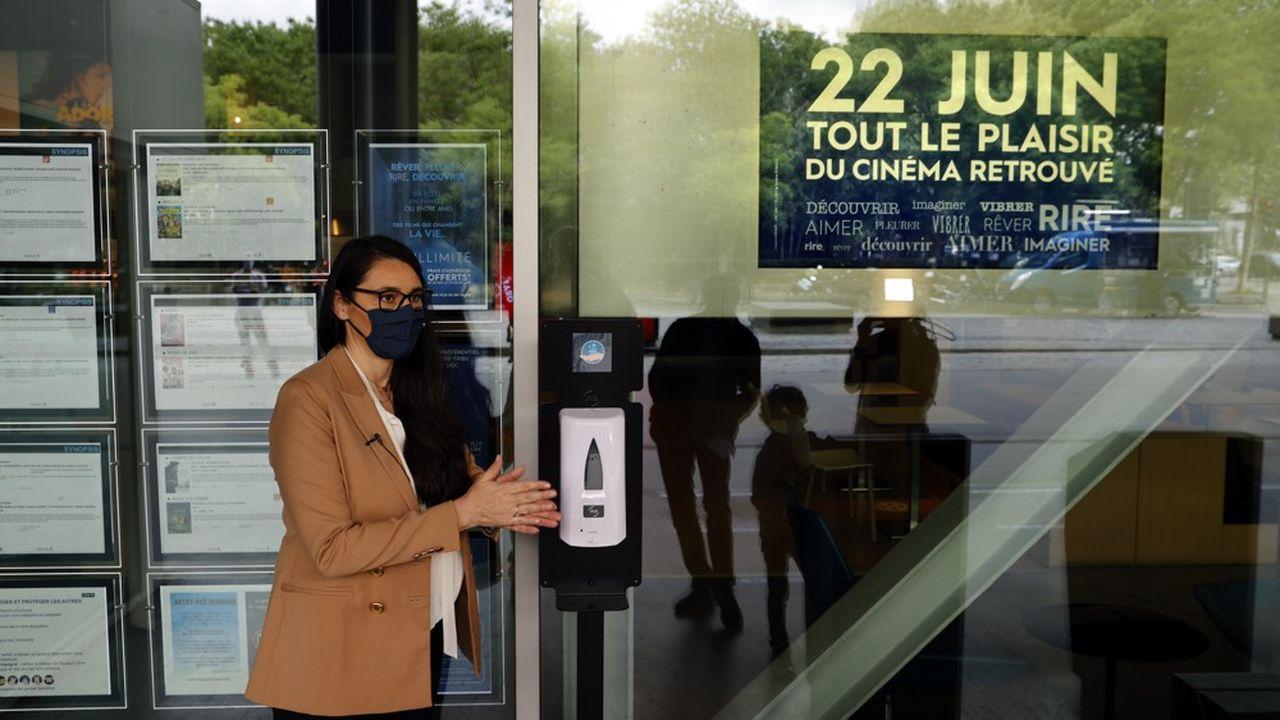 «L'amélioration de la situation sanitaire permet de lever certaines interdictions à condition que chacun maintienne une posture vigilante face à l'épidémie, a fortiori pendant la période estivale», indique un communiqué du Conseil de défense et de sécurité nationale, réuni vendredi sous l'autorité d'Emmanuel Macron.