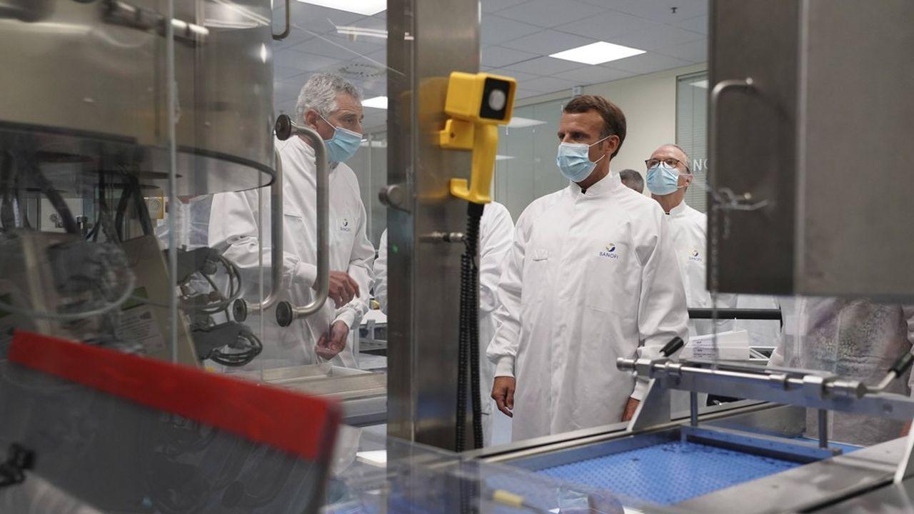 Emmanuel Macron lors d'une visite dans un laboratoire de Sanofi, près de Lyon, le 16juin.